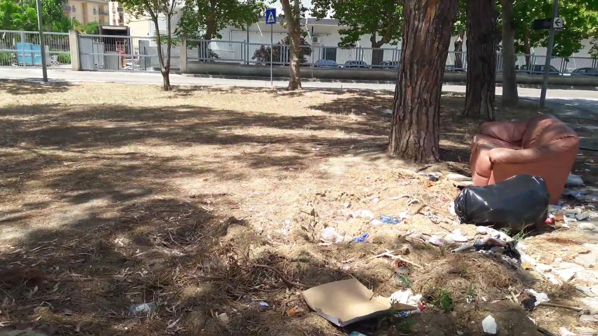 La città è di nuovo sporca e la differenziata scende al 47%. Che succede?