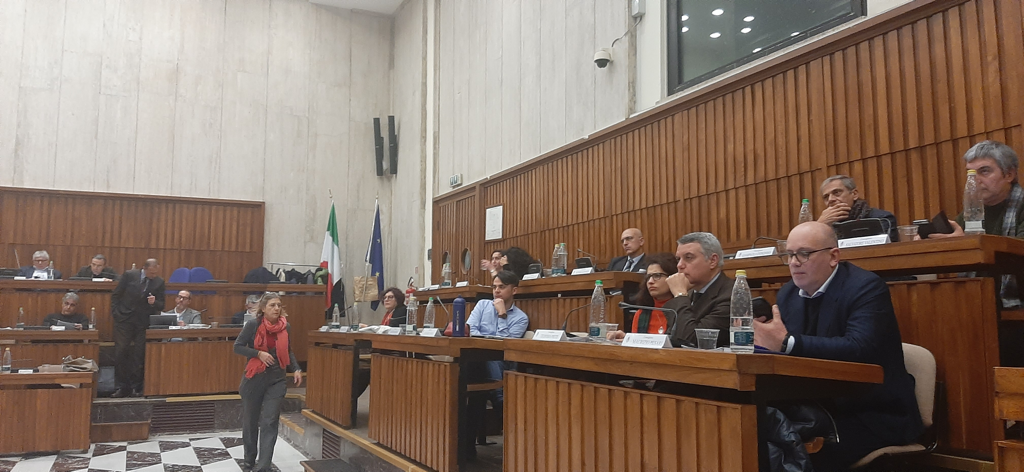 I politici brindisini non gradiscono la partecipazione dei cittadini. Altro che palazzo di vetro… A Lecce o Milano invece è tutto pubblico