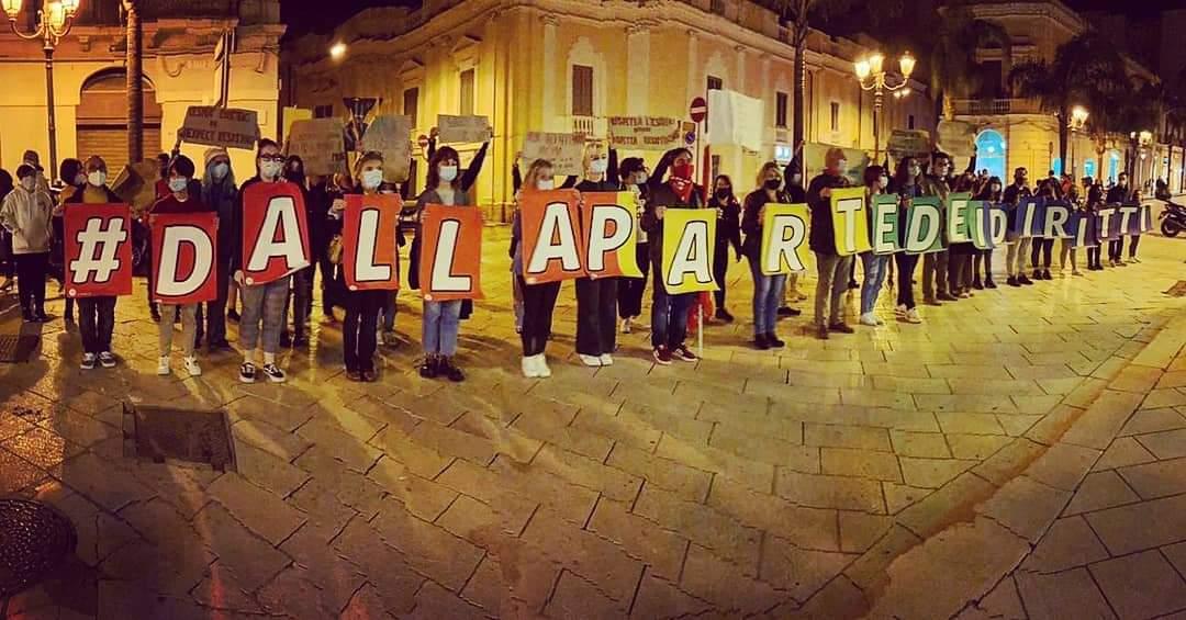 """Durissimo attacco della consigliera Calabrese a Oggiano: """"Le panchine rosse e arcobaleno offuscheranno il saluto con il braccio teso"""""""